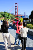 Мост золотого строба принимая семейные фото стоковые фотографии rf