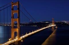 Мост золотого строба с голубым ночным небом Стоковые Изображения