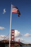 Мост золотого строба с флагом Стоковые Изображения RF