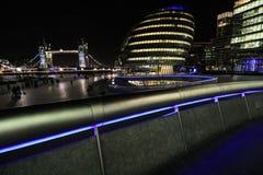 Мост здание муниципалитета и башни стоковые фотографии rf