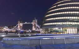 Мост здание муниципалитета и башни - LONDON/ENGLAND 23-ье февраля 2016 Стоковое Изображение