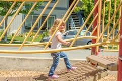 Мост игры скрещивания маленькой девочки стоковые фотографии rf