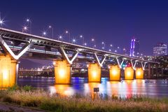 Мост или cheongdamdaegyo Cheongdam мост Рекы Han на ноче Стоковая Фотография