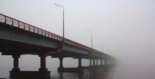 Мост исчезая в тумане Стоковое Изображение