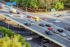 Мост и автомобили стоковое изображение rf