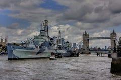 Мост и военный корабль Лондона на реке Tamiza Стоковые Фотографии RF