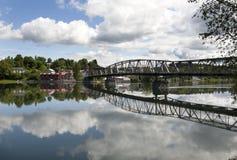 Мост и здания отражая на озере Стоковые Изображения RF