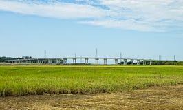 Мост и линии электропередач над водным путем Стоковые Изображения