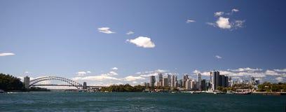 Мост и многоквартирные дома горизонта города Сиднея Австралии Стоковая Фотография
