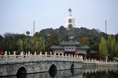 Мост и озеро в Пекин Пекин, КИТАЕ стоковая фотография