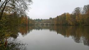 Мост и озеро на парке Суррей Виндзора большом Стоковая Фотография