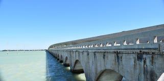 Мост и опоры линии электропередач Стоковые Фотографии RF