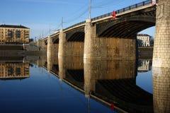 Мост и отражение моста в Реке Волга, в утре в городе Tver Стоковое Изображение