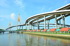 Мост и павильон Bhumibol для ослаблять под мостом Стоковые Фото