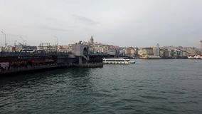 Мост и паром Galata с башней Galata на предпосылке в Стамбуле Турции сток-видео
