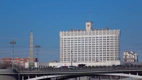 Мост и правительство России реки Москвы строя широкую съемку лотка отснятый видеоматериал 4k сток-видео