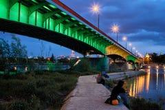 Мост и пристань на Реке Висла в Варшаве на ноче Стоковое Изображение