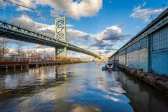 Мост и Река Delaware Бенджамина Франклина в Филадельфии, Пенсильвании стоковые изображения