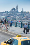 Мост и такси Galata стоковые изображения