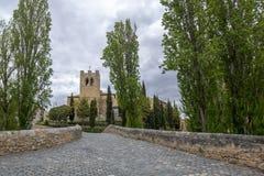 Мост и церковь Сан-Хуана в Aranda de провинция Duero, Бургоса, стоковые изображения