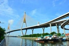 Мост и шлюпки Bhumibol на реке Стоковые Фото