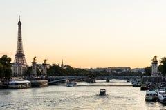 Мост и Эйфелева башня Pont Александра III на заходе солнца Париж, Fra Стоковое Фото