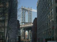 Мост и Эмпайр-стейт-билдинг Манхэттена от района Dumbo исторического стоковые фотографии rf