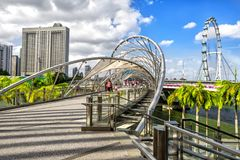 Мост и Ferris винтовой линии катят внутри Sigapore стоковое фото rf