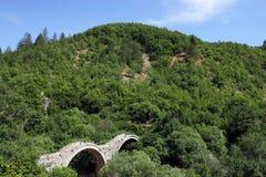 Мост камня Kalogeriko на ущелье Zagoria Vikos Стоковые Изображения