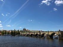 Мост Карла и замок Праги от правого банка Стоковые Изображения RF