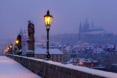Мост Карла и замок Праги перед рассветом Стоковые Изображения