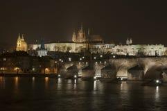 Мост Карла и замок Праги Стоковое Изображение