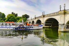 Мост Кингстона cros туристской шлюпки стоковое фото