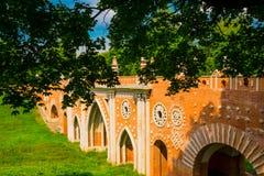 Мост кирпича Архитектура парка Tsaritsyno в Москве Россия Стоковое Изображение