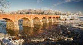 Мост кирпича над рекой venta в Kuldiga Стоковое Изображение RF