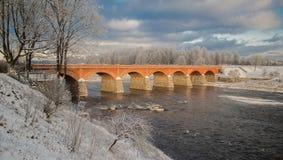 Мост кирпича над рекой Venta в Kuldiga Стоковые Изображения