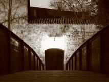 Мост, который нужно пересечь к крепости к ноча Стоковое Фото