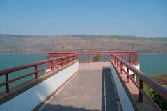 Мост, который хранят перед запрудой Стоковые Фото