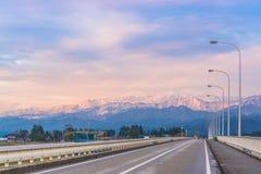 Мост к горе тот снег на верхней части Стоковое фото RF