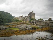 Мост к замку Eilean Donan (Шотландии, Великобритания) Стоковые Изображения RF