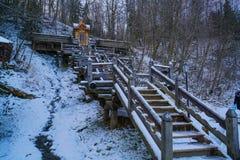 Мост к источнику и ванны святого ключа Gremyachiy источника стоковая фотография
