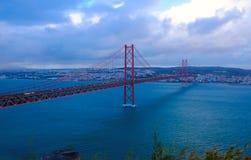 Мост Лиссабон - 25-ое апреля, старый мост Salazar, Португалия стоковые изображения rf