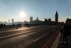 Мост Лондона водя к парламенту Великобритании Стоковые Фото