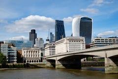 Мост Лондона, Лондон, и район города финансовый в лете стоковое изображение