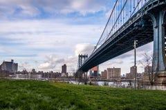 Мост Манхаттана и горизонт Манхаттана увиденный от Dumbo в Бруклине - Нью-Йорке, США стоковое изображение