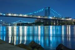 Мост Манхаттана пересекая Ист-Ривер в Нью-Йорке на ночу стоковые фотографии rf