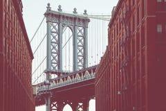 Мост Манхаттана увиденный от Dumbo, Бруклина, Нью-Йорка, США стоковые фото