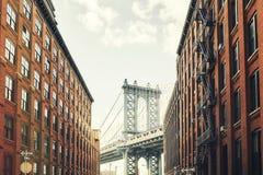 Мост Манхаттана увиденный от Dumbo, Нью-Йорка стоковые изображения