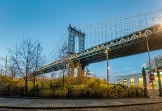 Мост Манхаттана увиденный от Dumbo на Бруклине на заходе солнца - Нью-Йорке, США стоковое изображение rf