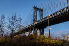 Мост Манхаттана увиденный от Dumbo на Бруклине на заходе солнца - Нью-Йорке, США стоковое изображение